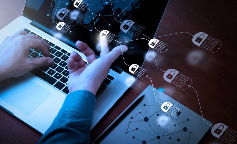 o Uso de criptografia centralizada em ambientes de TI em larga escala